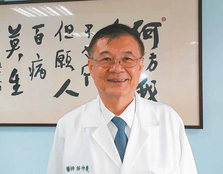 奇美醫學中心總院長邱仲慶辦公室掛著「 但願人百病莫生」書法。記者周宗禎/攝影
