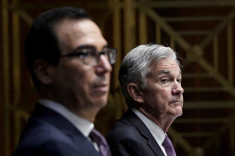 美國財長米努勤(左),與聯準會主席鮑爾,9月24日出席參院聽證會的檔案照。(路透)