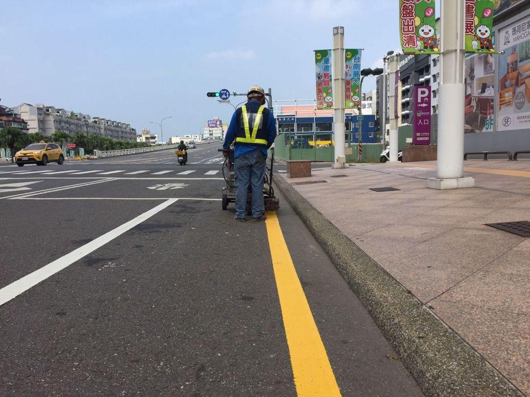 交通部修法放寬黃線臨停規定,十二月一日起,只要是接送七歲以下兒童,路邊臨停黃線不...