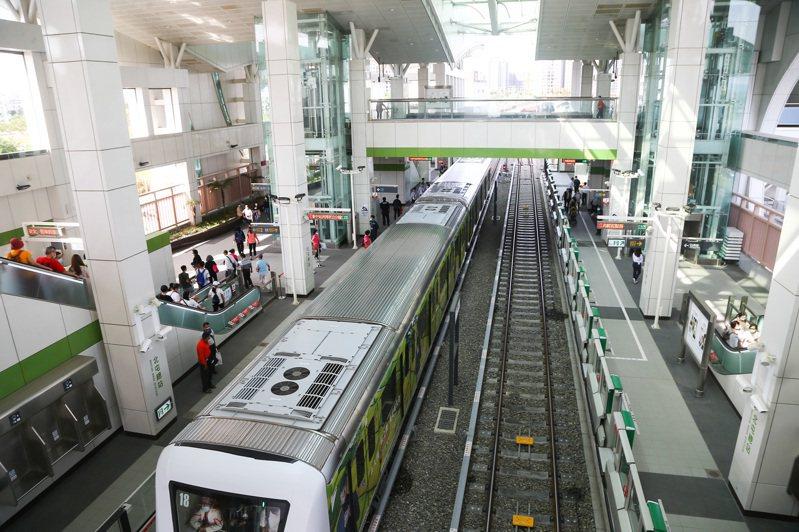 台中捷運綠線試營運5天累計乘客逾30萬人次,下月7日起0時15分配合高鐵末班,加開加班車。記者黃仲裕/攝影
