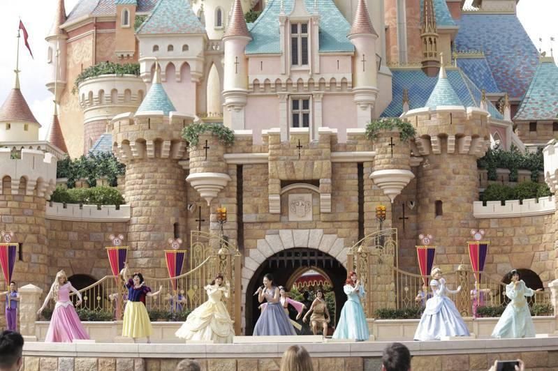 香港迪士尼為慶祝十五周年舉辦「FUN享奇妙夢想」大抽獎,送出15,000張香港迪士尼樂園一日標準門票,以及150份迪士尼探索家度假酒店標準客房住宿一晚。 圖/香港01
