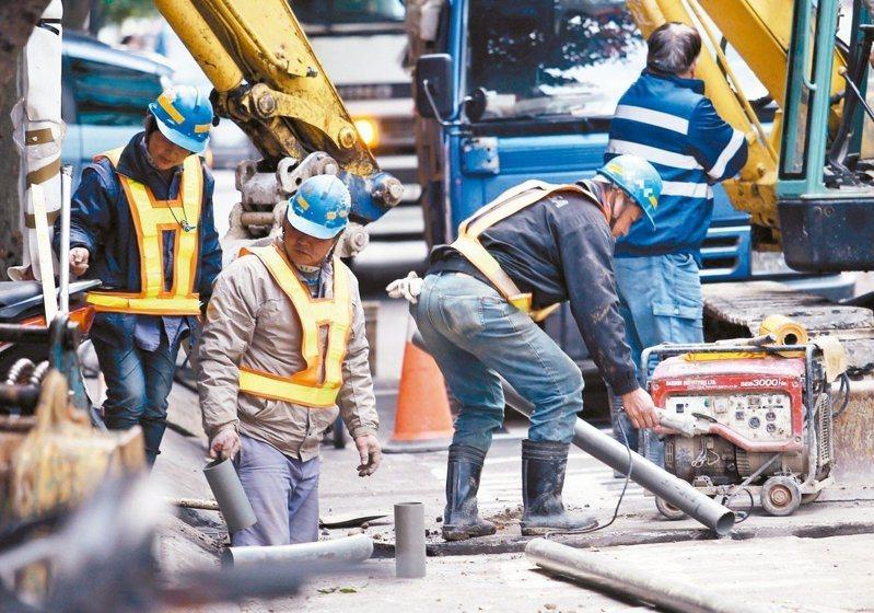 台灣勞保投保勞工高達一千多萬人,每年獲得職業病認定的案件只有數百件,職災補償率7.11,與各國相比偏低。圖/聯合報系資料照片