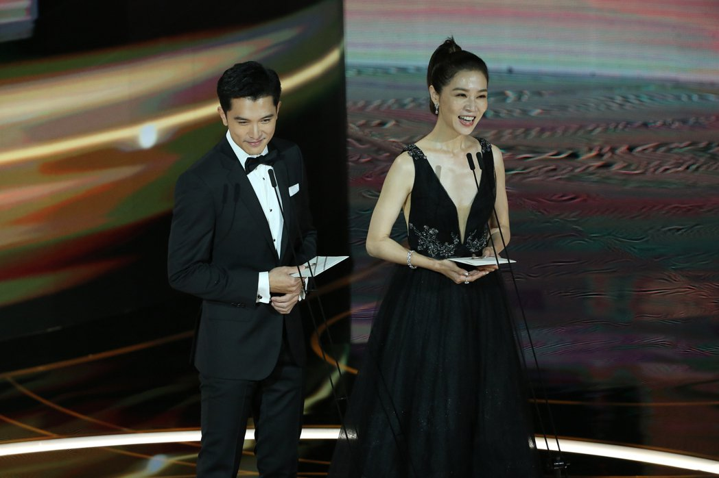 第57屆金馬獎頒獎典禮在國父紀念館舉行,邱澤(左)與謝盈萱(右)擔任頒獎人。記者...