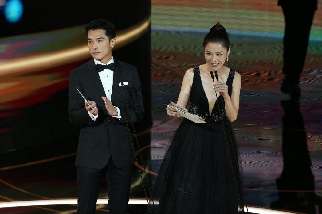 第57屆金馬獎頒獎典禮在國父紀念館舉行,邱澤(左)與謝盈萱(右)擔任頒獎人。記者