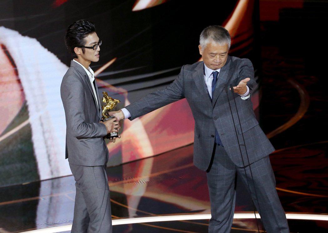 第57屆金馬獎頒獎典禮在國父紀念館舉行,彭仁孟獲頒年度台灣傑出電影工作者,彭仁孟...