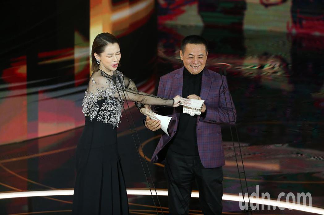 第57屆金馬獎頒獎典禮在國父紀念館舉行,蔡振南(右)與徐若瑄(左)擔任頒獎人。記...
