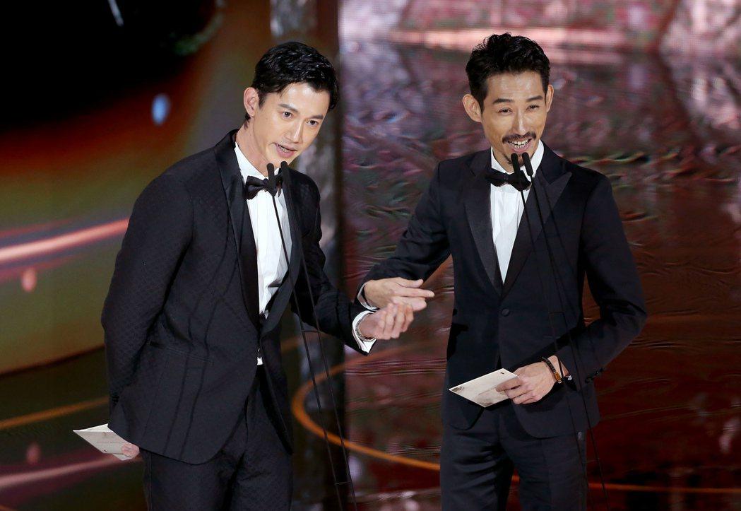 第57屆金馬獎頒獎典禮在國父紀念館舉行,吳慷仁(左)與陳竹昇(右)擔任頒獎人。記
