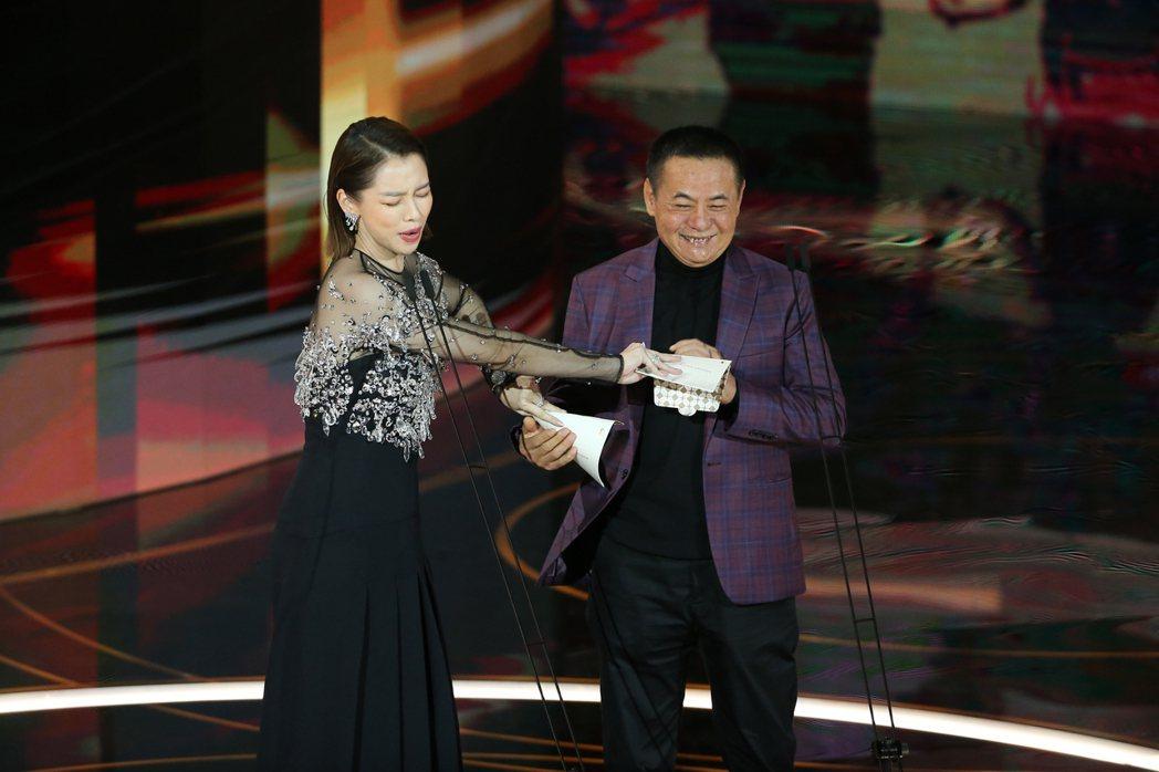 第57屆金馬獎頒獎典禮在國父紀念館舉行,蔡振南(右)與徐若瑄(左)擔任頒獎人。記
