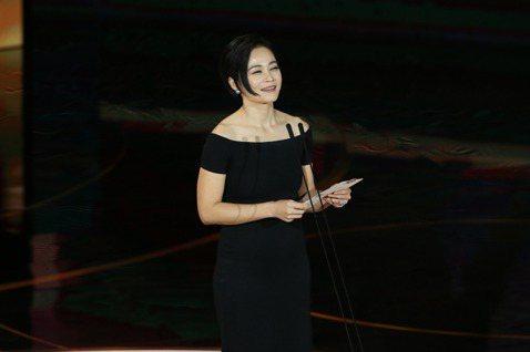 來自馬來西亞的女演員楊雁雁曾先在2013年、第50屆金馬獎以「爸媽不在家」獲最佳女配角獎,去年第56屆金馬獎再以「熱帶雨」勇奪最佳女主角影后寶座,雙金入袋。今年則擔任頒獎人、頒發最佳女主角獎項。她表...
