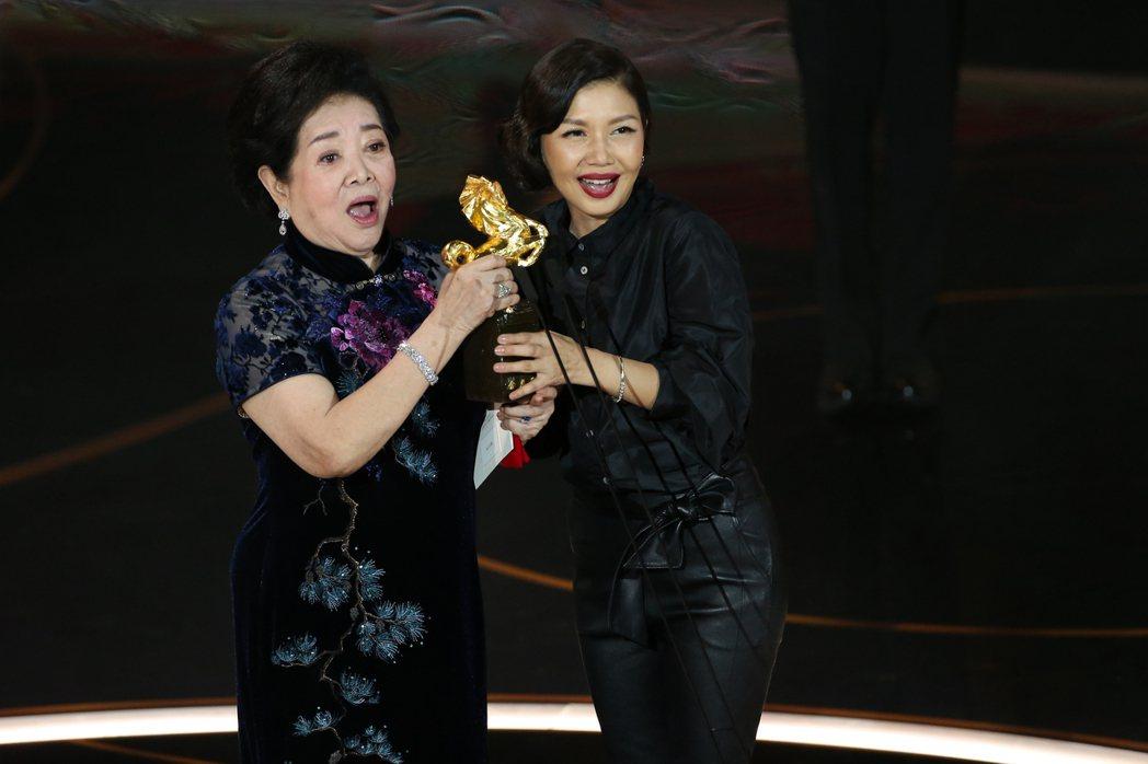 第57屆金馬獎頒獎典禮在國父紀念館舉行,陳淑芳(左)以《孤味》換頒最佳女主角,在...