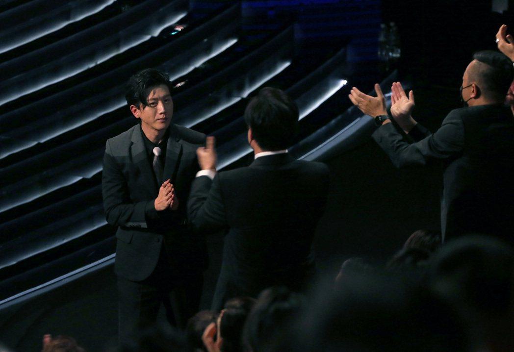 第57屆金馬獎頒獎典禮在國父紀念館舉行,莫子儀以《親愛的房客》獲頒最佳男主角。記...