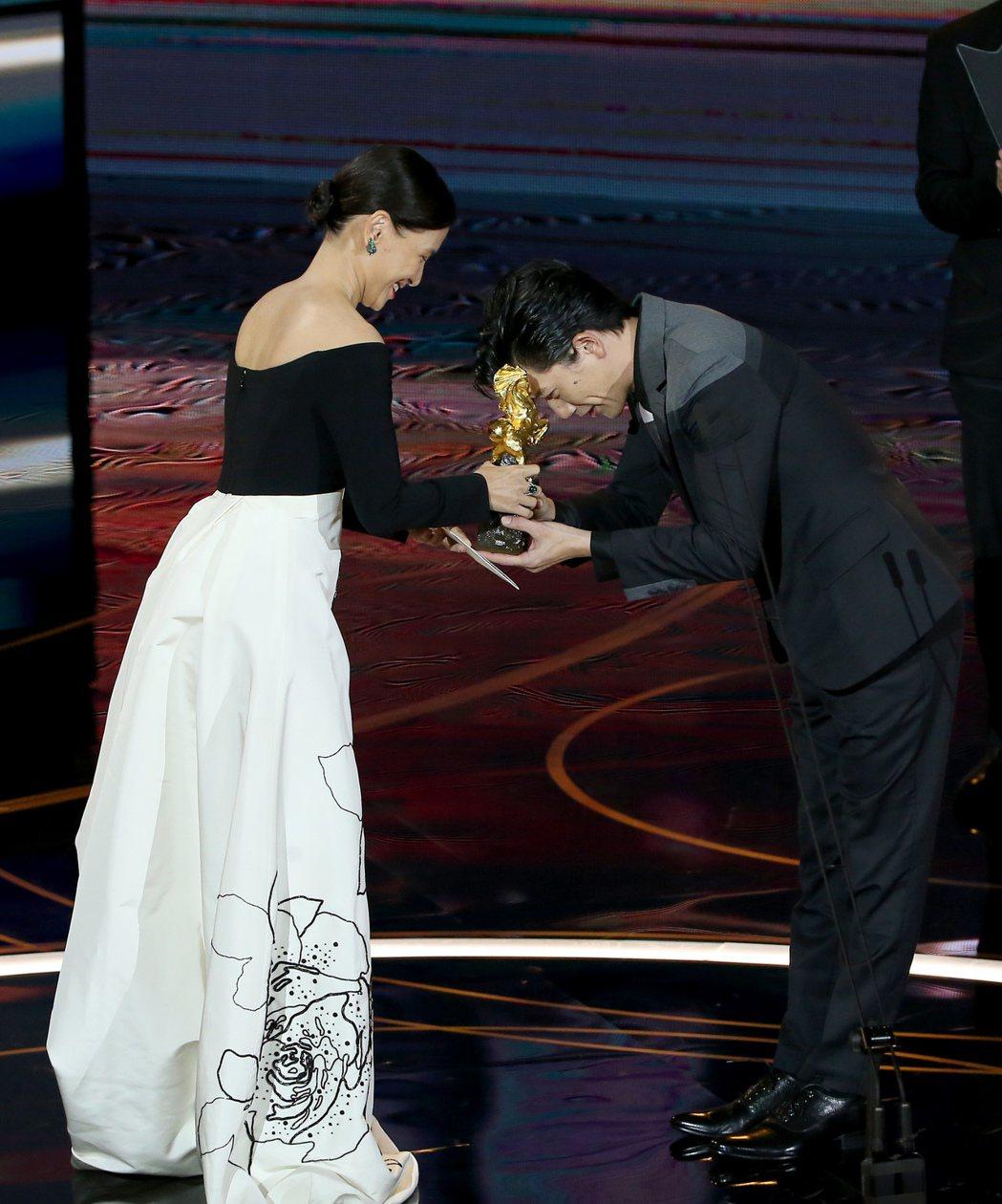 第57屆金馬獎頒獎典禮在國父紀念館舉行,莫子儀(右)以《親愛的房客》獲頒最佳男主...