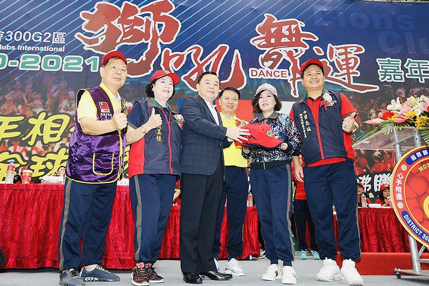 桃園市議長邱奕勝(左三)參與「獅吼舞運」嘉年華會。 國際獅子會300G2區/提供