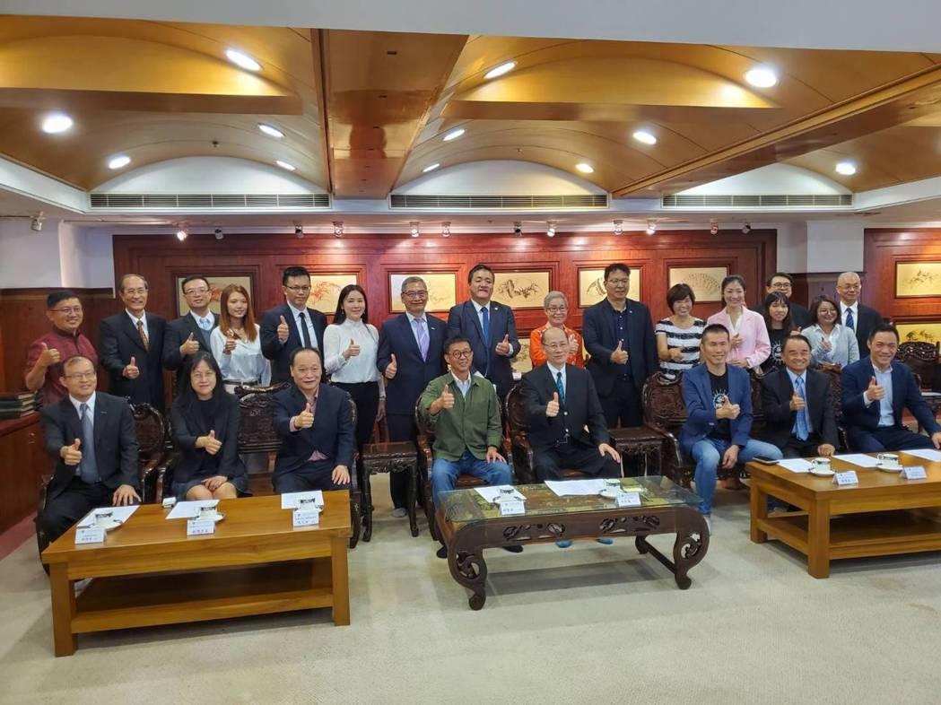 台灣專案管理學會23日與龍華科技大學、高雄大學、和緣國際文教公司簽訂營運中心授權...