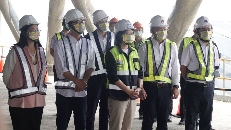 蔡英文總統(左三)今天到高雄了解高雄港埠旅運中心興建情形。 聯合報系記者劉學聖/攝影