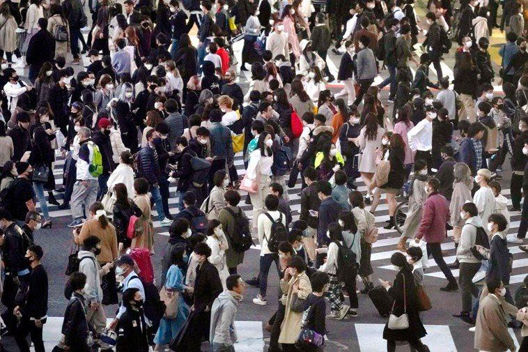日本近期新冠肺炎疫情擴散,日本政府今天宣布,大阪市與北海道的札幌市暫停適用振興旅...