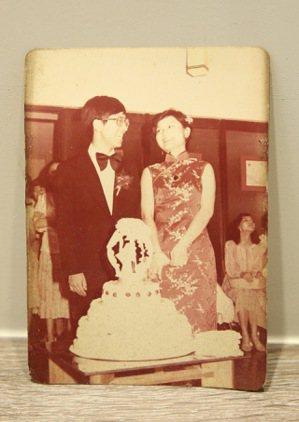 客廳桌上,放著張金鶚和太太結婚當天的合照。記者黃義書/攝影