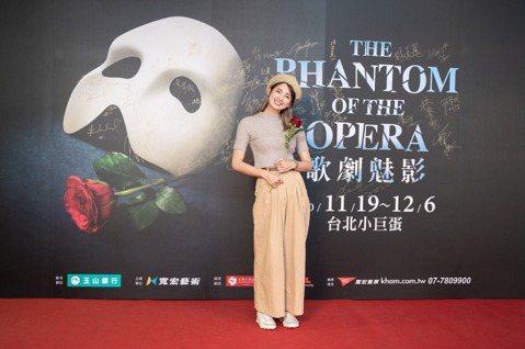 巡演超過34年的「歌劇魅影」4度重磅登台,台灣更是疫情過後全球唯一如期開演的國家,成為全球關注的演出場次。此風潮更讓演藝圈內眾多藝人都在熱烈討論。「歌劇魅影」20日演出第2場,藝人黃鐙輝、JR紀言愷...