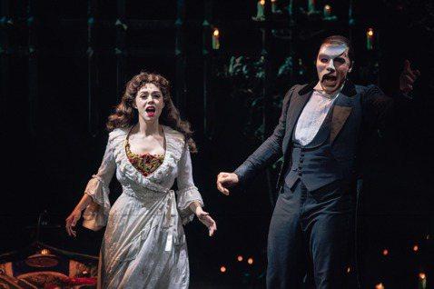 已在全球巡演超過34年音樂劇「歌劇魅影」(The Phantom of the Opera)今年第4度登台,主辦單位寬宏藝術經紀股份有限公司表示,特別在台北小巨蛋打造國際級舞台,許多藝人也前往觀賞。...