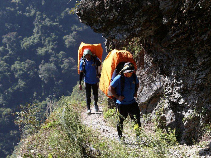 背工扛下高山缺乏機械運補的重責,背後卻是台灣對待登山產業的漠視。圖為協作背負食材上山。記者邱德祥/攝影