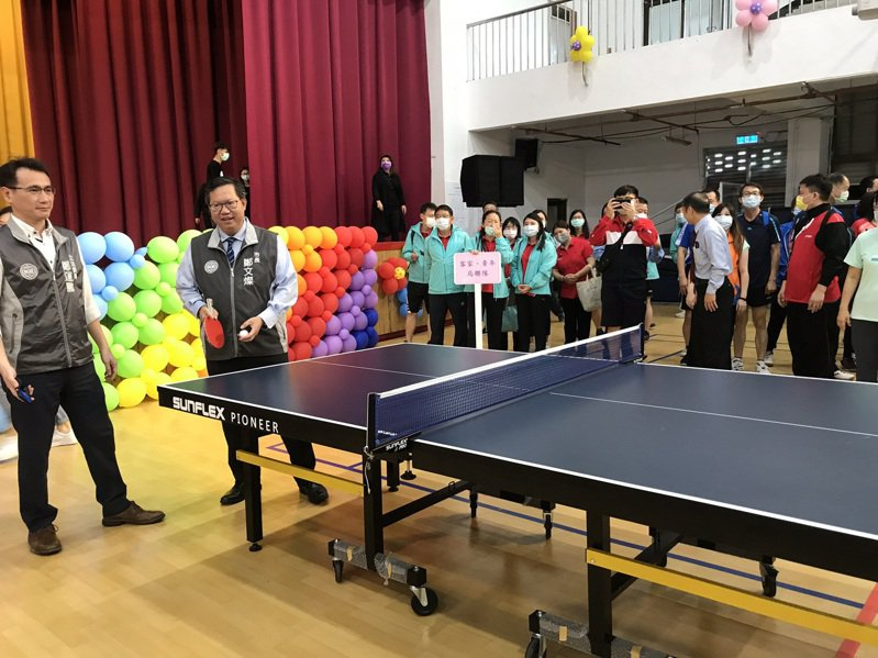 桃園市長鄭文燦今天早上出席「桃園市第6屆公教人員桌球錦標賽」活動,他也親自下場示範。記者陳夢茹/攝影