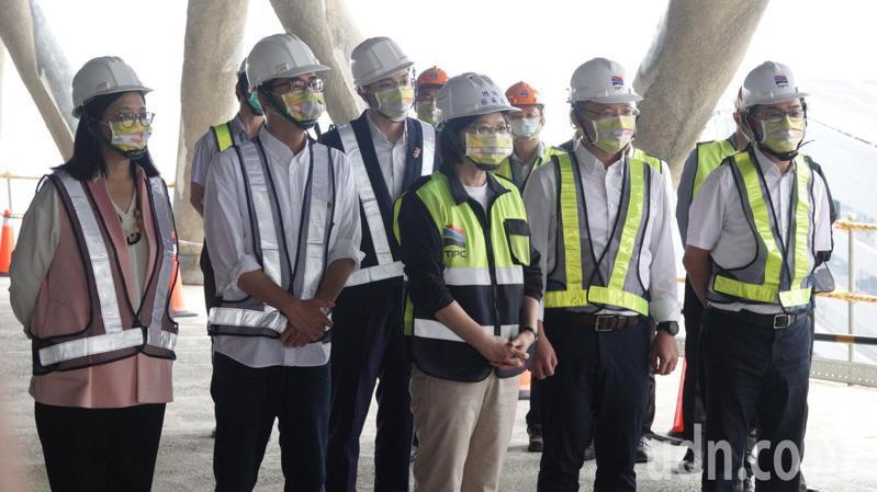 蔡英文總統(左三)今天到高雄了解高雄港埠旅運中心興建情形。記者劉學聖/攝影