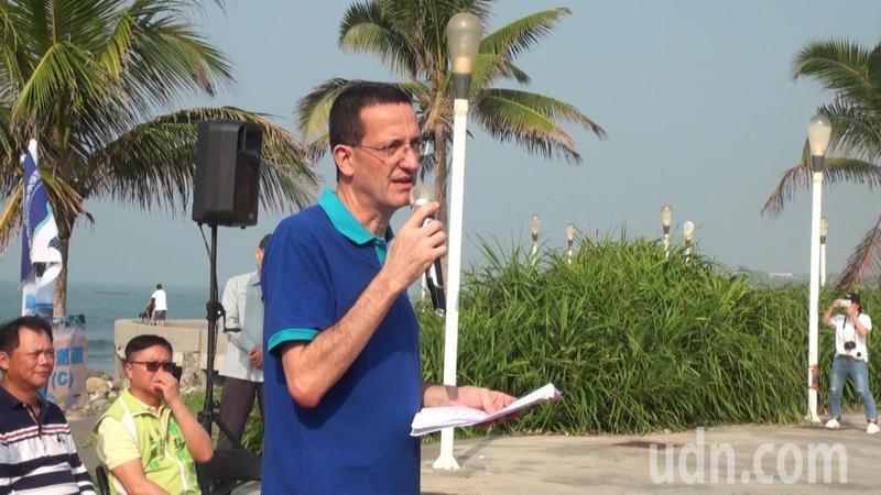 歐洲在台商會執行長何飛逸表示,辦淨灘的原因,因為台灣是我們的家。記者王昭月/攝影