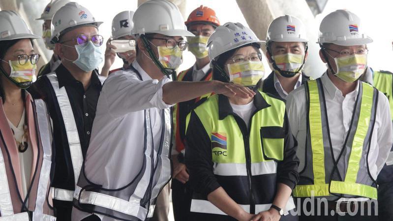 高雄市長陳其邁(前左二) 向蔡英文總統(前左三)說明高雄5GAIOT新創計畫,蔡總統讚許計畫很不錯。記者劉學聖/攝影