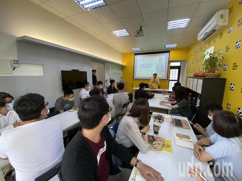 時力台中黨部今天舉辦「政,需要你!」政治工作研習班,為2022年大選布局,吸引年輕人參與。記者趙容萱/攝影