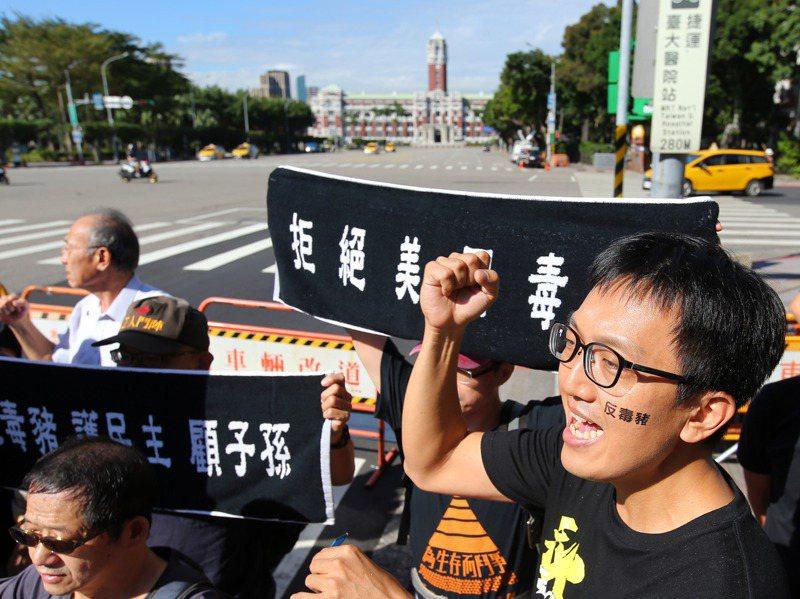 「秋鬥」遊行22日將登場,參與團體日前在凱道上誓師,邀民眾上街反萊豬進口。圖/聯合報系資料照片