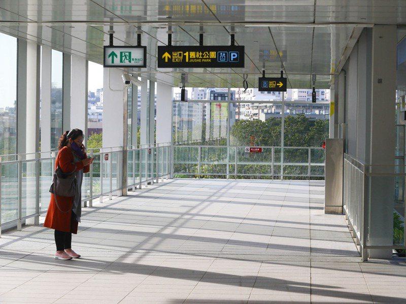 台中捷運綠線的高架車站通風明亮,外界擔心下大雨怎麼辦? 記者黃仲裕/攝影