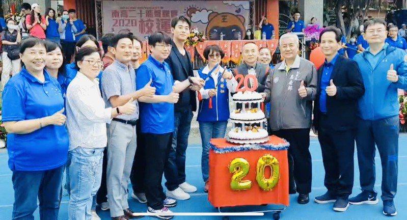 校方準備20歲蛋糕,慶祝南崁高中20周年生日。圖/南崁高中提供