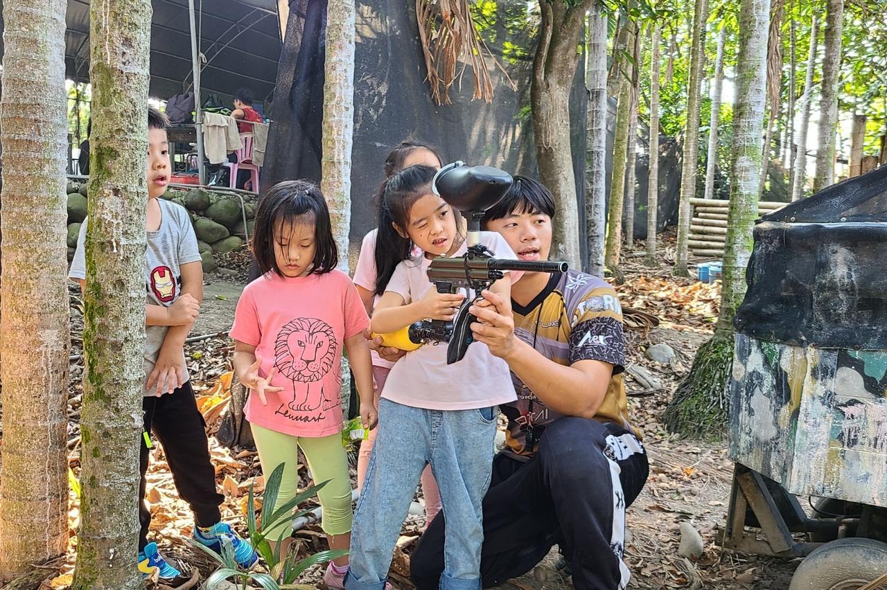 南投竹山鎮漆彈賽緊張刺激 親子組隊參加培養團隊精神