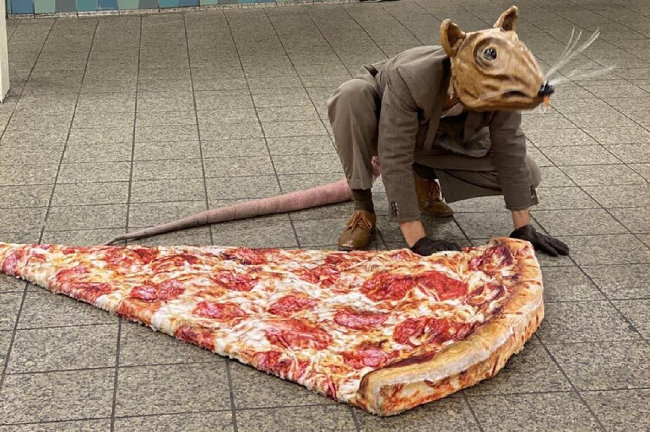 影/藝術家扮巨鼠出沒紐約 重現「地鐵鼠咬披薩」爆紅