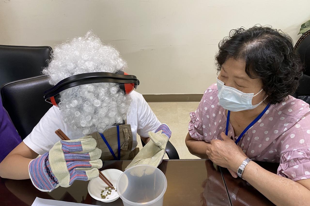 「當老人好辛苦...」學童穿戴道具體驗高齡化直呼痛苦