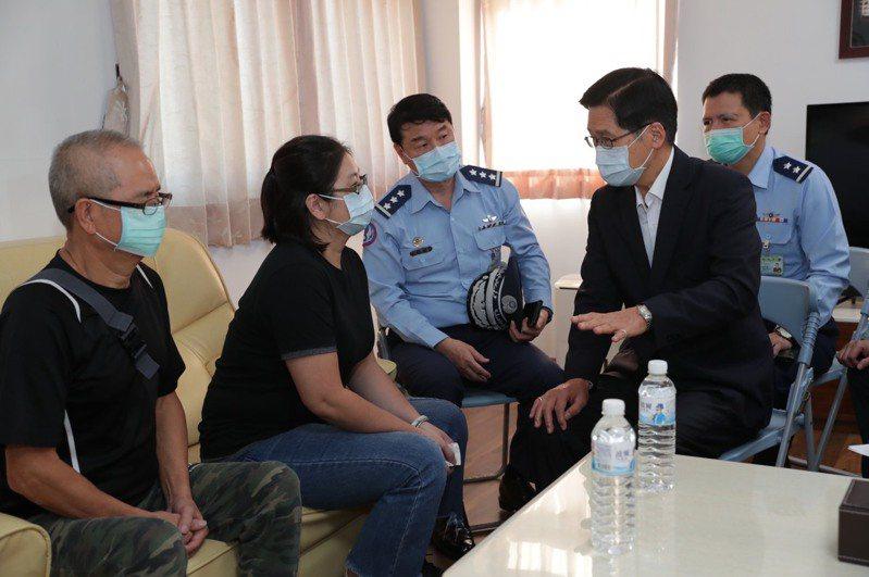 國防部長嚴德發(右2)日前到花蓮空軍基地探視蔣正志上校的妻子(左2)。圖/國防部提供