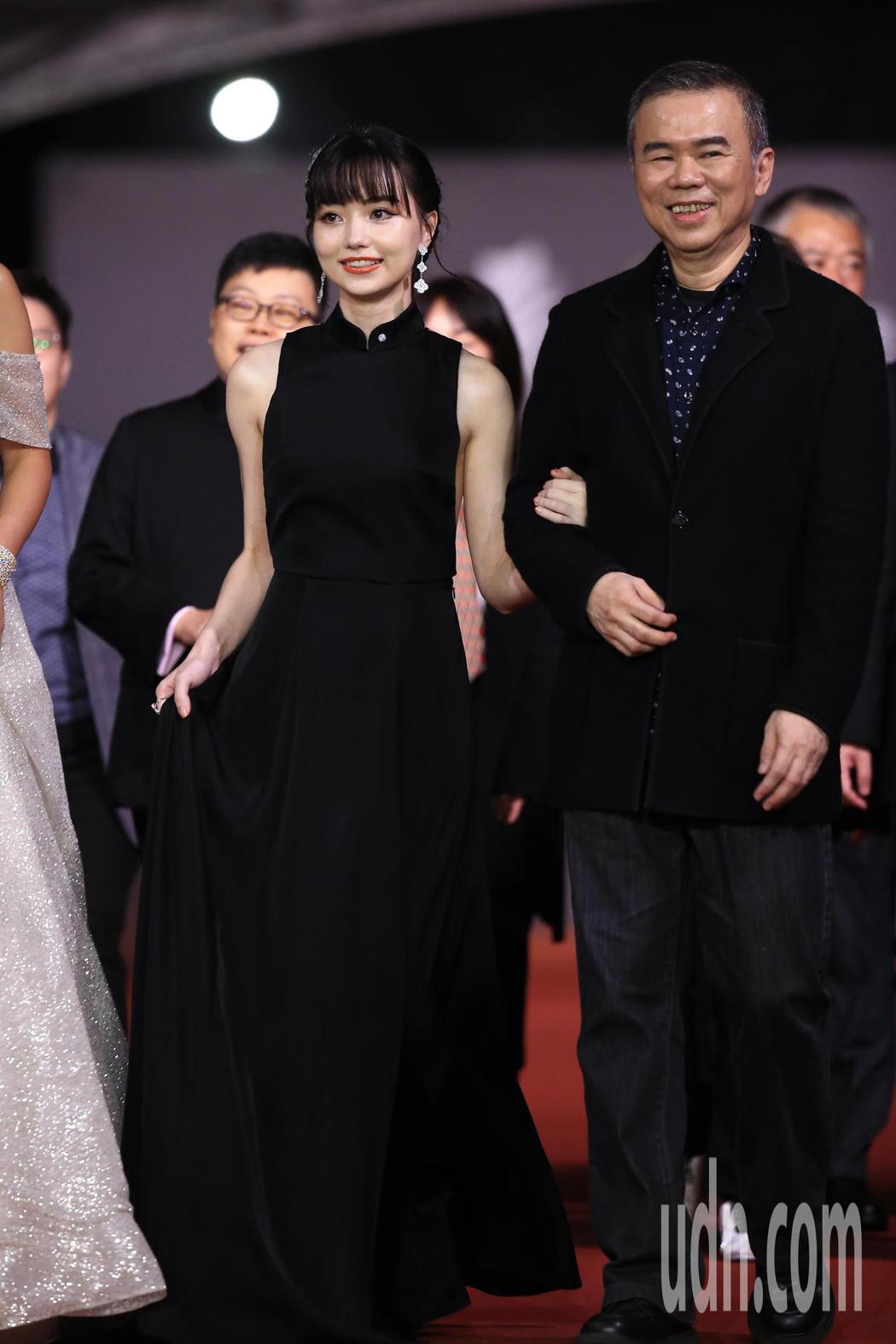 第57屆金馬頒獎典禮,黑嘉嘉(左)走星光大道。記者林伯東/攝影