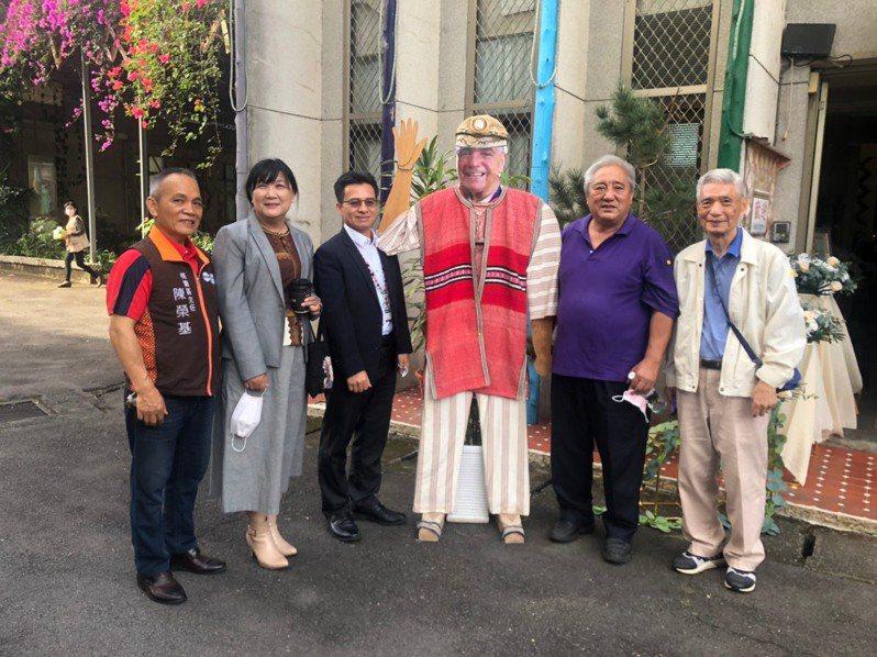 為表彰巴義慈神父對泰雅族語言文化保存與發展的貢獻,原民會今於巴神父追思彌撒追頒三等原住民族專業獎章。圖/原民會提供