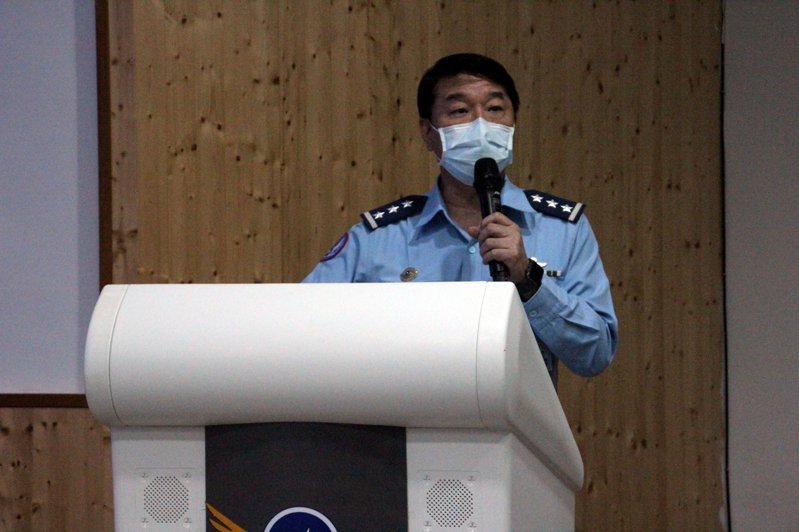 空軍司令熊厚基上將今晚說明F-16搜救進度。記者王燕華/攝影