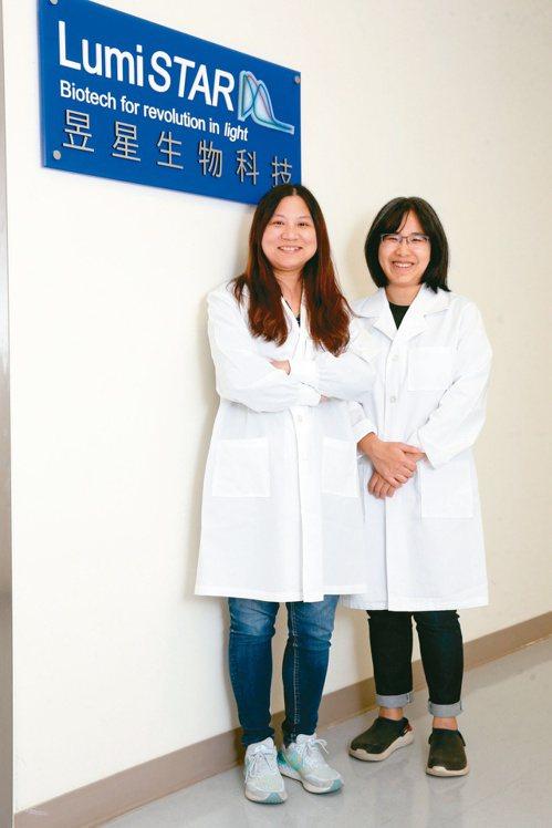 昱星生技創辦人張郁芬(左)、鍾敏玟。記者胡經周/攝影