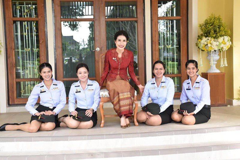 泰王妃子詩妮娜(中)和陸軍護士團合影。(取自臉書)