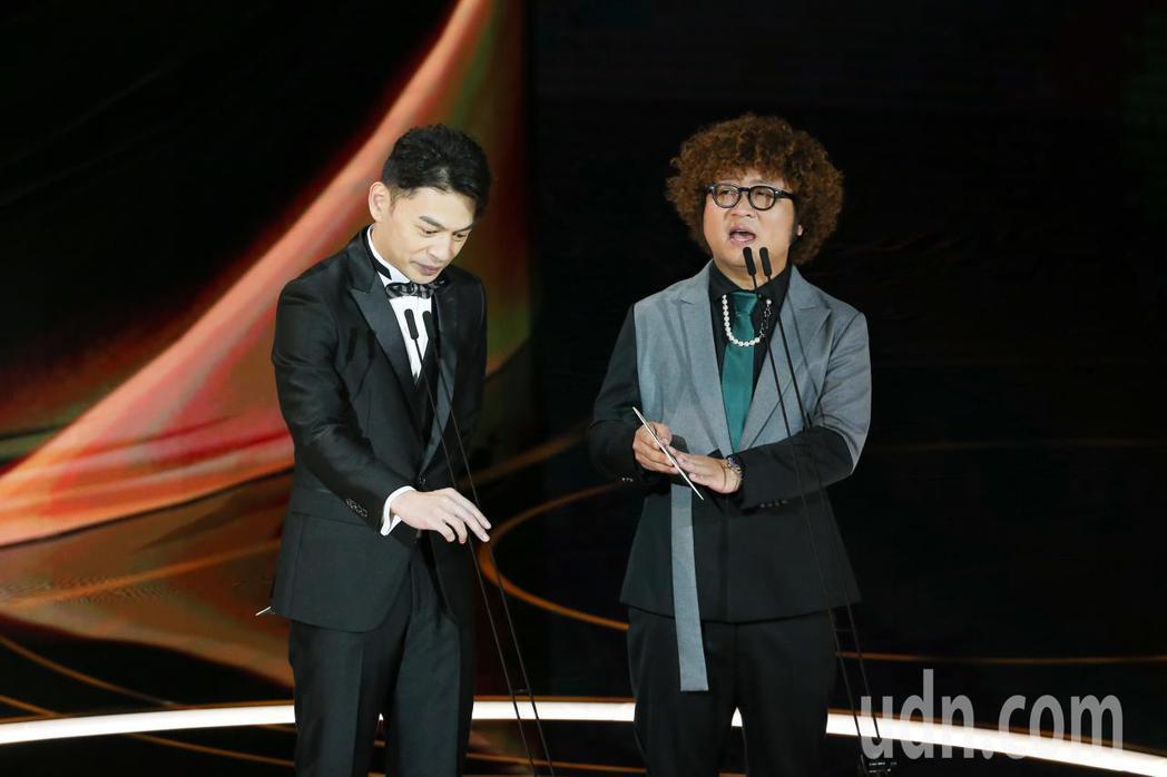 第57屆金馬獎頒獎典禮在國父紀念館舉行,納豆(右)與林暐恆(左)擔任頒獎人。記者