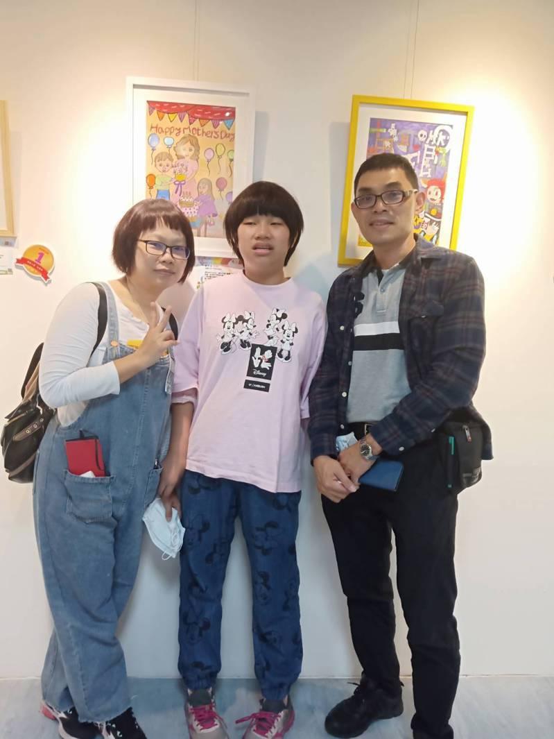 洺宜在媽媽的帶領下,從小接觸特殊藝術教育,這次畫作獲得兒童組第三名。圖/育成基金會提供