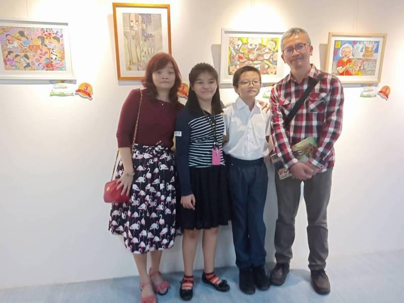 戴宇瑄勇奪育成基金會第12屆繪畫比賽青少年組第一名,全家開心領獎。圖/育成基金會提供