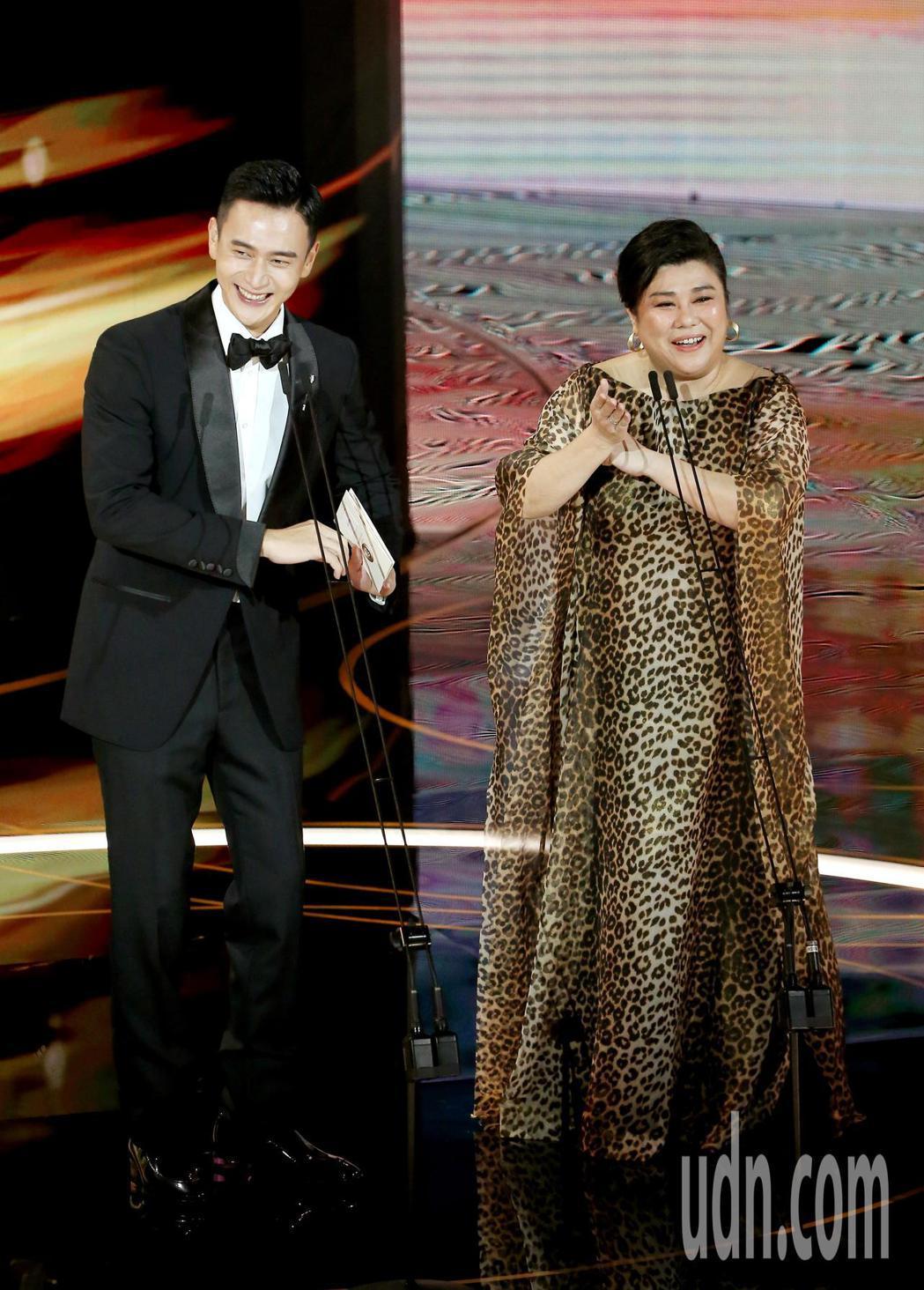 第57屆金馬獎頒獎典禮在國父紀念館舉行,劉冠廷(左)與林美秀(右)擔任頒獎人。記