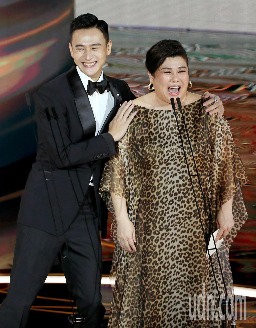 第57屆金馬獎頒獎典禮在國父紀念館舉行,劉冠廷(左)與林美秀(右)擔任頒獎人。記...