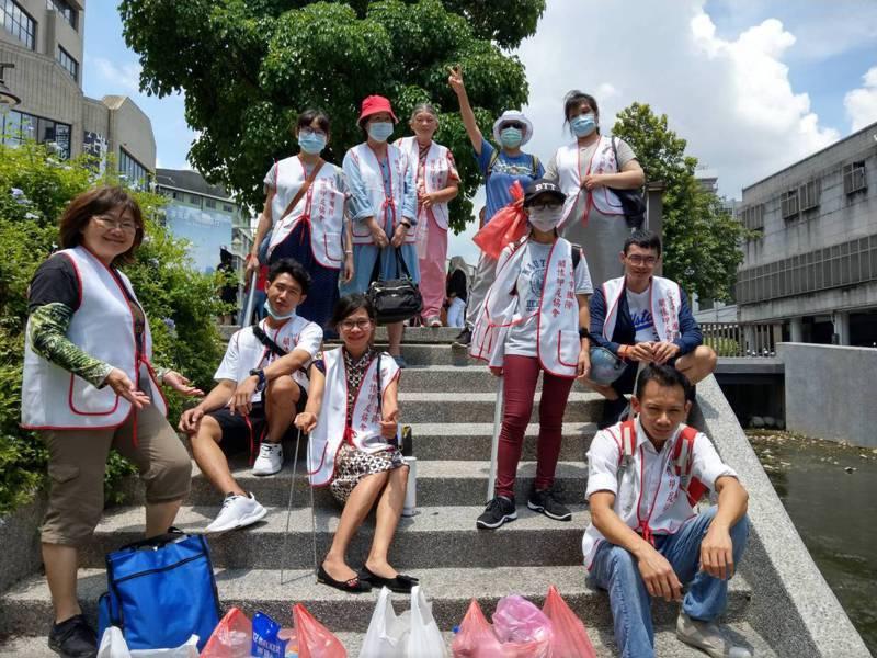 台中市國際關懷印尼協會組志工隊,有印尼人加入定期為綠川淨川。圖/國際關懷印尼協會提供