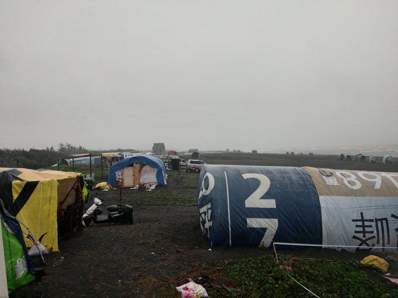 宜蘭壯圍海岸邊的熱門帳位,今年因鰻苗量少、價跌,帳篷不像往年擁擠。記者張議晨/攝影