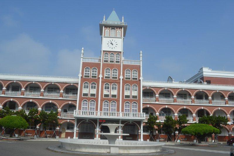 台南市長榮中學上學年教師學術研究費被殺到1折,新學年度的學術研究費還沒喬好。記者鄭惠仁/攝影
