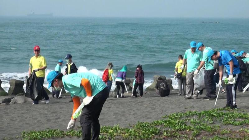 歐洲在台商會辦「All in one高雄淨攤日」,上百志工捲袖清理沙灘垃圾,為海洋環保盡分心力。記者王昭月/攝影